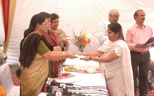 Smt. Jasvinder Kaur receiving the 3rd prize for Essay Competition by Dr. Girija Vyas, hon'bl Chairperson, NCW