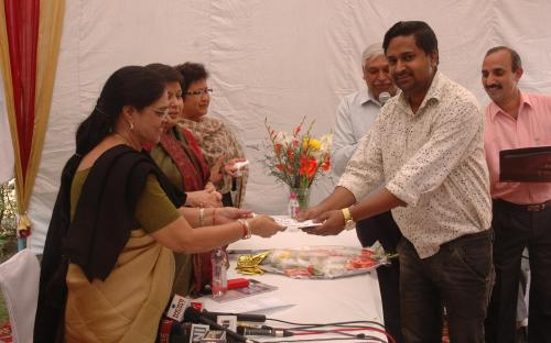 Shri Vibhash Tripathi receiving the 1st prize for Essay Competition by Dr. Girija Vyas, hon'bl Chairperson, NCW