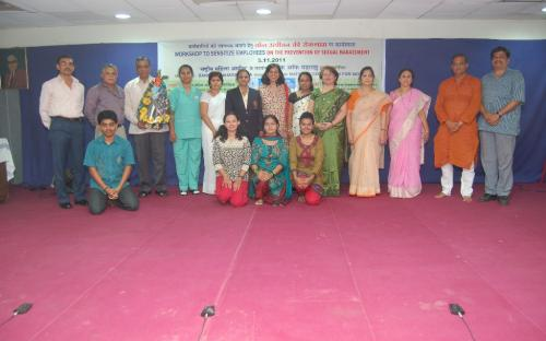 The entire cast, writer and director of the play alongwith member NCW Dr. Ms. Charu WaliKhanna