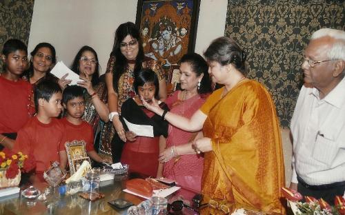 Left to Right: Smt. Asha Maheshwari - General Secretary of All India Marwari Mahila Samity , Ms. Sweta Indoria (Councilor KMC), Mrs. Alka Bangur- President All India Marwari Mahila Samity, Mrs. Mamta Sharma - Chairperson NCW, Mr. B. Newar - Chief Editor - Chhapte Chhapte with the Children of Asha Bhawan Centre- Kolkata